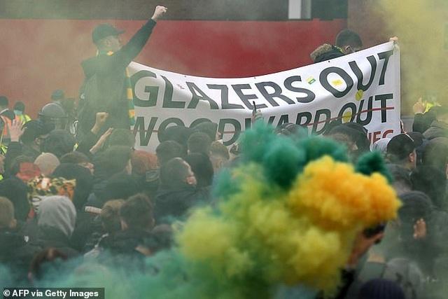 Cổ động viên Man Utd lại làm loạn ở Old Trafford trước trận gặp Liverpool - 3