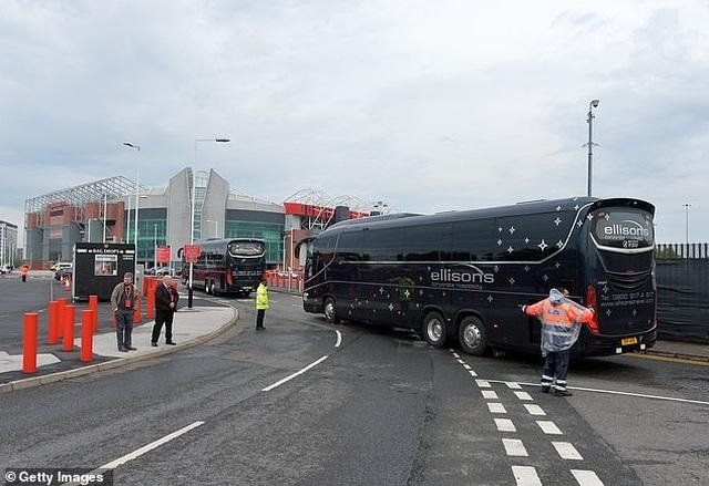 Cổ động viên Man Utd lại làm loạn ở Old Trafford trước trận gặp Liverpool - 11