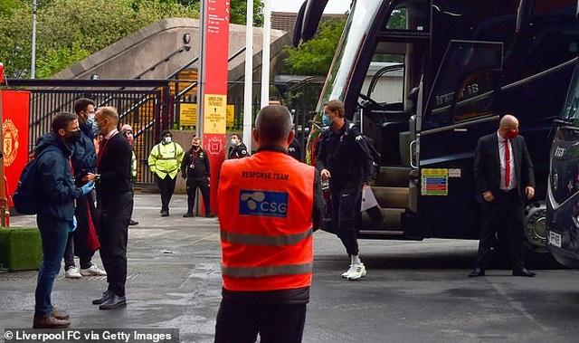 Cổ động viên Man Utd lại làm loạn ở Old Trafford trước trận gặp Liverpool - 10
