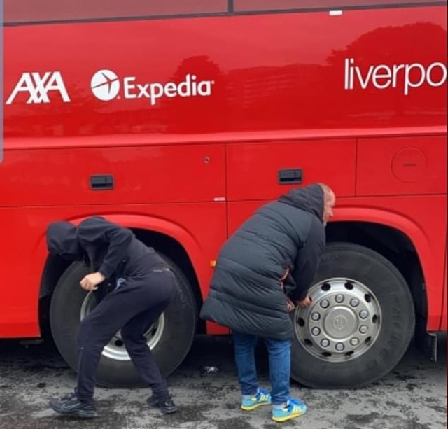 Cổ động viên Man Utd lại làm loạn ở Old Trafford trước trận gặp Liverpool - 4