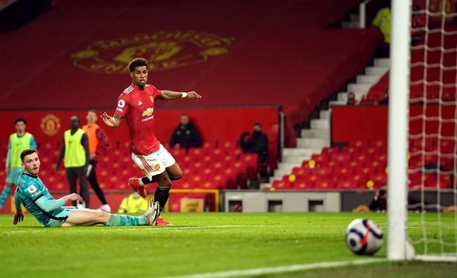Trọng tài quay lưng, Liverpool vẫn thắng ngoạn mục trước Man Utd - 14
