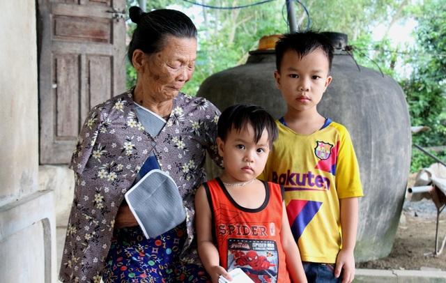 Thương vợ chồng song khổ và đứa con 5 tuổi bón cơm cho em như bị bỏ đói - 2