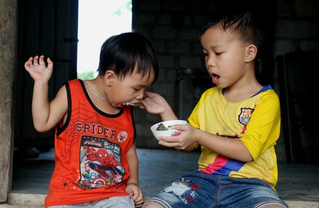 Thương vợ chồng song khổ và đứa con 5 tuổi bón cơm cho em như bị bỏ đói - 3