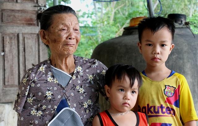 Thương vợ chồng song khổ và đứa con 5 tuổi bón cơm cho em như bị bỏ đói - 6