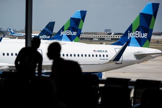 Hành khách Mỹ bị phạt hơn 10 nghìn USD vì ho và xì mũi vào chăn máy bay - 1