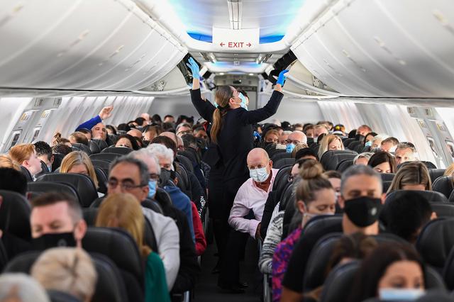 Hành khách Mỹ bị phạt hơn 10 nghìn USD vì ho và xì mũi vào chăn máy bay - 2