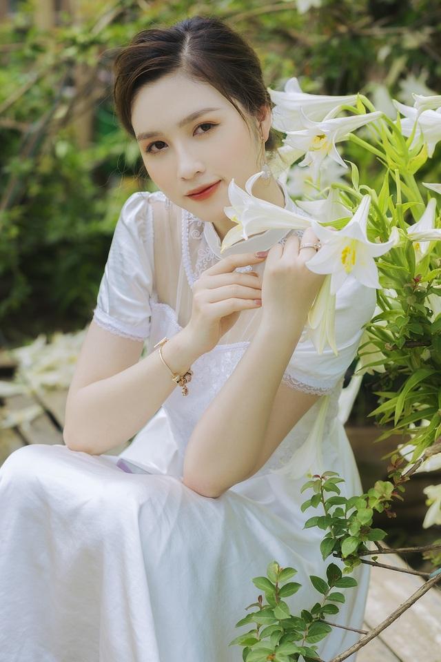 Hoa khôi ĐH Quốc gia Hà Nội khoe lưng trắng ngần giữa vườn loa kèn mùa hạ - 1