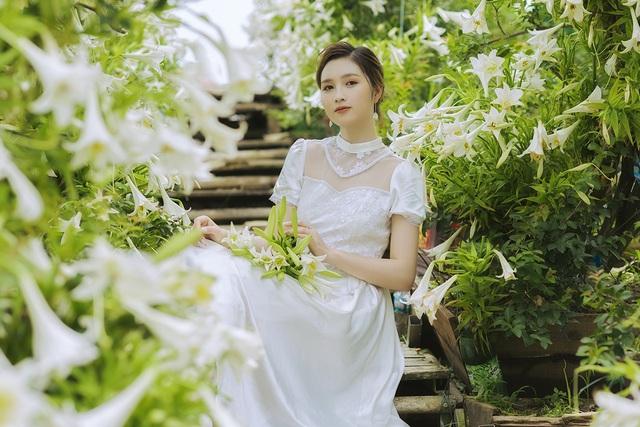 Hoa khôi ĐH Quốc gia Hà Nội khoe lưng trắng ngần giữa vườn loa kèn mùa hạ - 10