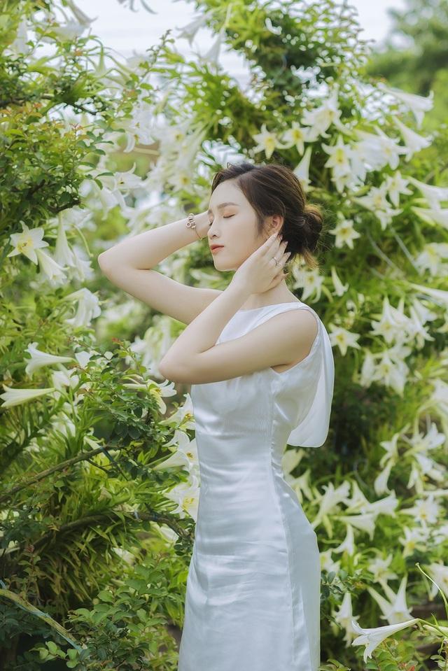 Hoa khôi ĐH Quốc gia Hà Nội khoe lưng trắng ngần giữa vườn loa kèn mùa hạ - 11