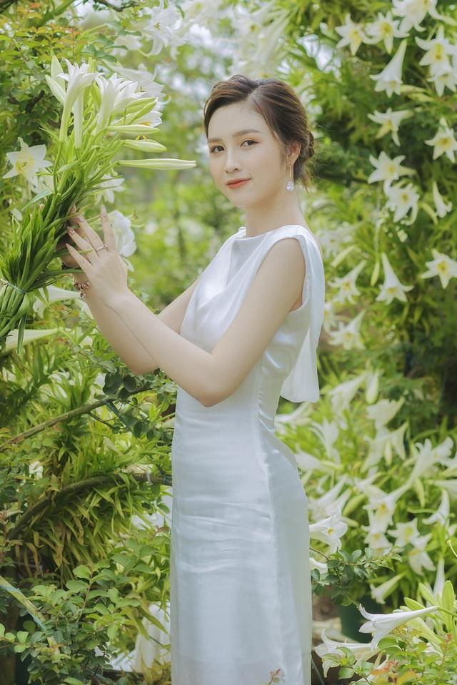 Hoa khôi ĐH Quốc gia Hà Nội khoe lưng trắng ngần giữa vườn loa kèn mùa hạ - 2