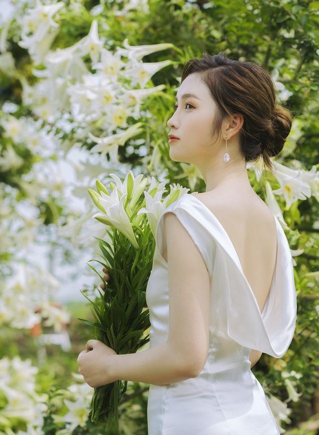 Hoa khôi ĐH Quốc gia Hà Nội khoe lưng trắng ngần giữa vườn loa kèn mùa hạ - 3