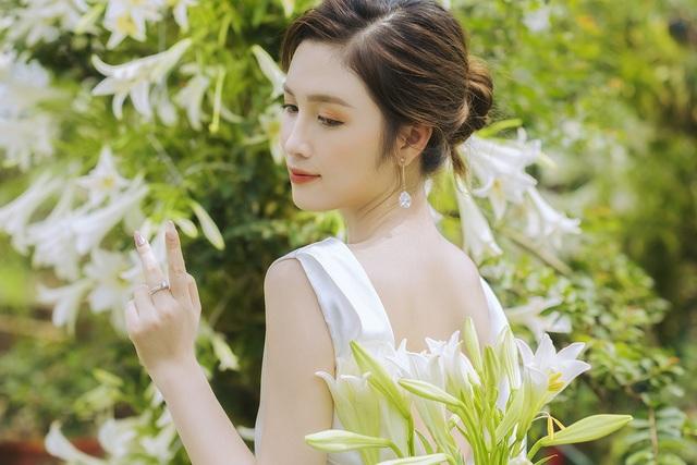 Hoa khôi ĐH Quốc gia Hà Nội khoe lưng trắng ngần giữa vườn loa kèn mùa hạ - 5