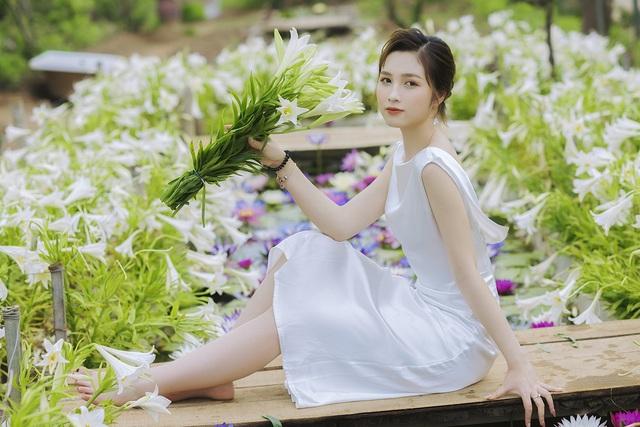 Hoa khôi ĐH Quốc gia Hà Nội khoe lưng trắng ngần giữa vườn loa kèn mùa hạ - 4