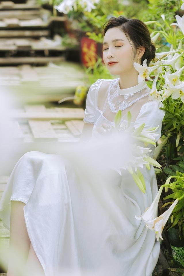 Hoa khôi ĐH Quốc gia Hà Nội khoe lưng trắng ngần giữa vườn loa kèn mùa hạ - 6