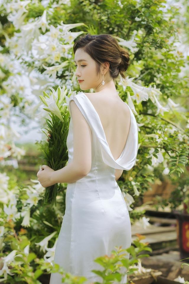 Hoa khôi ĐH Quốc gia Hà Nội khoe lưng trắng ngần giữa vườn loa kèn mùa hạ - 7