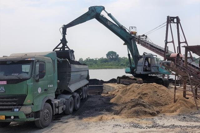 Những lao động trên trời rơi xuống mưu sinh nơi bến tàu, bãi cát - 1