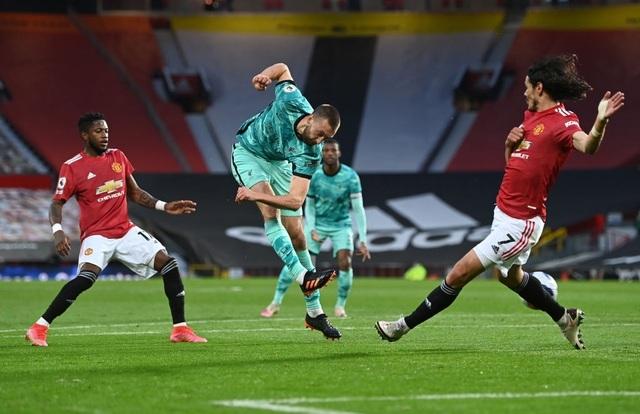 Trọng tài quay lưng, Liverpool vẫn thắng ngoạn mục trước Man Utd - 8