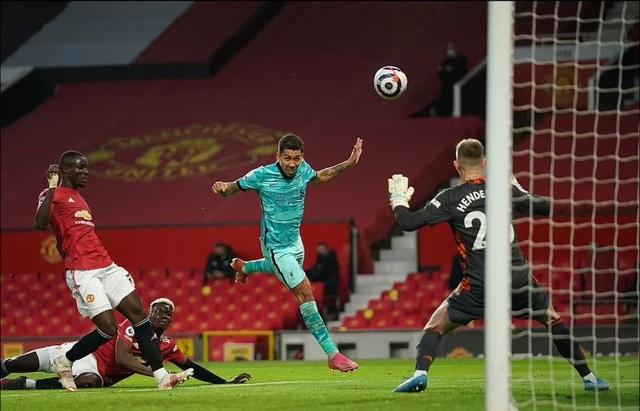 HLV Solskjaer: Man Utd thua vì biếu cho Liverpool hai bàn thắng - 2