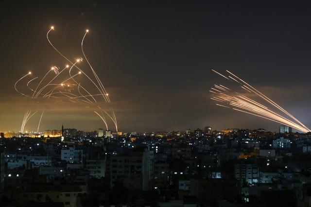 Chiến thuật mưa tên lửa của Hamas khiến Vòm Sắt quay cuồng đánh chặn - 1