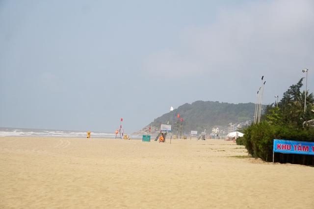 Thành phố biển Sầm Sơn ngủ đông ngay những ngày đầu hè - 1