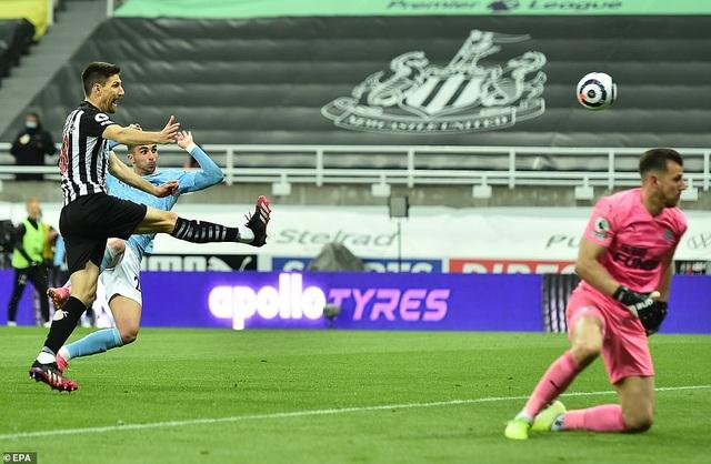 Ferran Torres lập hattrick trong chiến thắng nghẹt thở của Man City - 9