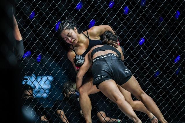 Chiến đấu quả cảm, nữ võ sĩ gốc Việt quật ngã quái vật Ấn Độ - 2