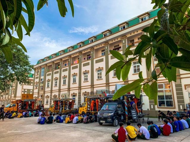 Xe cắt tóc lưu động ở Sài Gòn, khách chỉ cần trả phí bằng... nụ cười tươi - 4