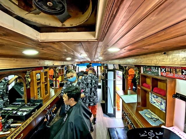 Xe cắt tóc lưu động ở Sài Gòn, khách chỉ cần trả phí bằng... nụ cười tươi - 5