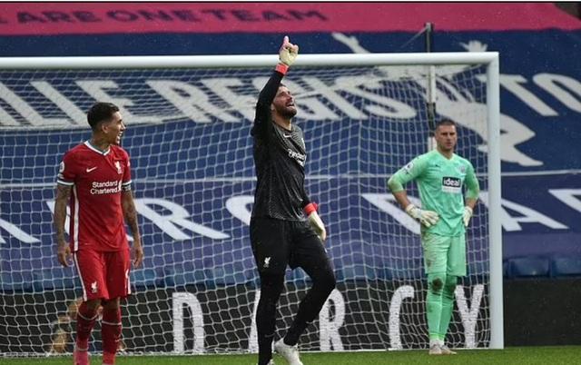 Vì sao thủ thành Alisson Becker khóc nức nở sau bàn thắng để đời? - 4