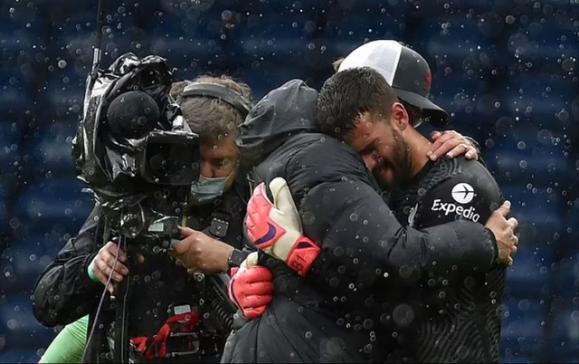 Vì sao thủ thành Alisson Becker khóc nức nở sau bàn thắng để đời? - 3