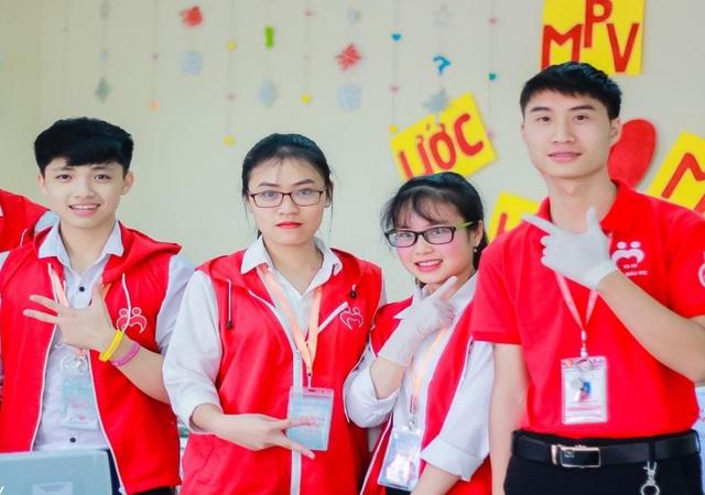 Nữ sinh 10X học giỏi, đàn hay, không ngại khó khăn đi vận động hiến máu - 1