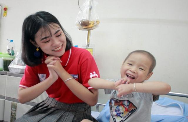 Nữ sinh 10X học giỏi, đàn hay, không ngại khó khăn đi vận động hiến máu - 2