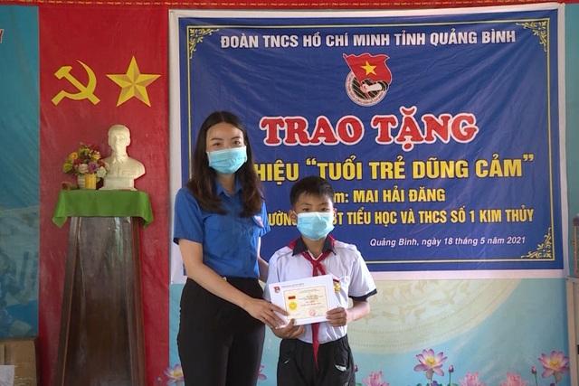 Tặng huy hiệu Tuổi trẻ dũng cảm cho học sinh lớp 6 cứu người đuối nước - 1