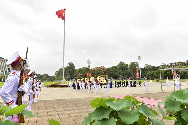 Đoàn lãnh đạo Đảng, Nhà nước vào Lăng viếng Chủ tịch Hồ Chí Minh - 1