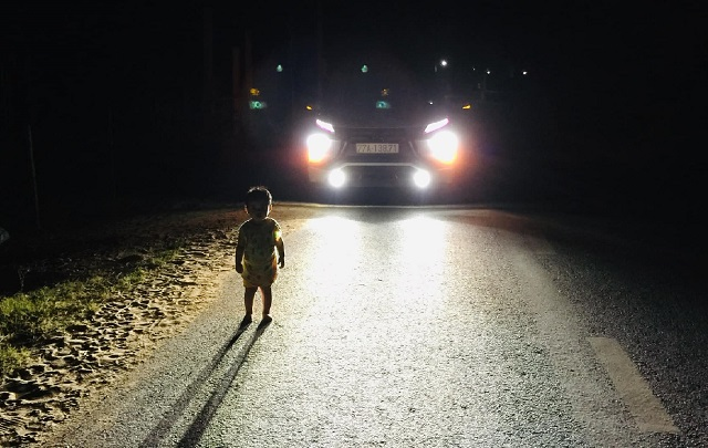 Tặng bằng khen tài xế đưa bé gái 2 tuổi lang thang lúc 1h sáng về nhà - 2