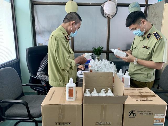 Tóm gọn lô nước sát khuẩn có dấu hiệu giả mạo ở chợ thuốc lớn nhất Hà Nội - 1