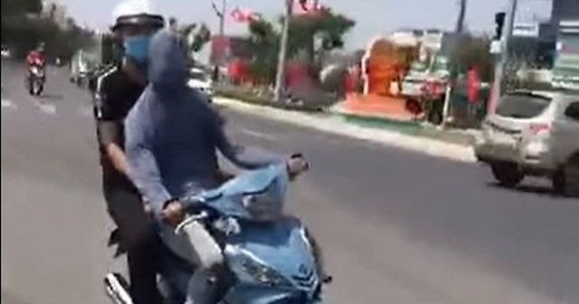 Nam thanh niên bịt mắt phóng xe máy - 1