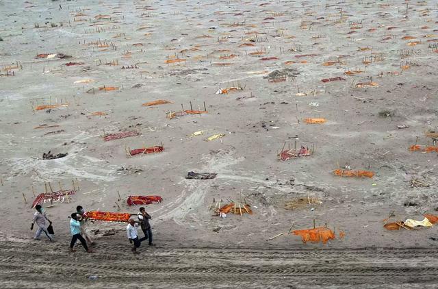 Vì sao những ngôi mộ dọc bờ sông Hằng ở Ấn Độ được dọn dẹp? - 2
