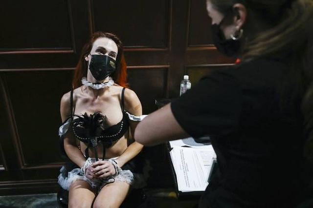 Mỹ tiêm vắc xin Covid-19 ở câu lạc bộ thoát y để hút dân đi tiêm chủng - 1