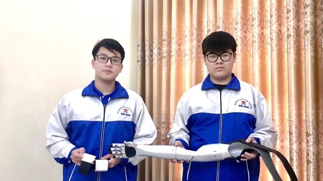 Sự kiên trì của đôi bạn chế tạo Cánh tay Robot đoạt giải KHKT quốc tế - 1