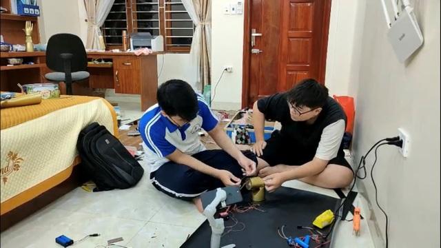 Sự kiên trì của đôi bạn chế tạo Cánh tay Robot đoạt giải KHKT quốc tế - 4