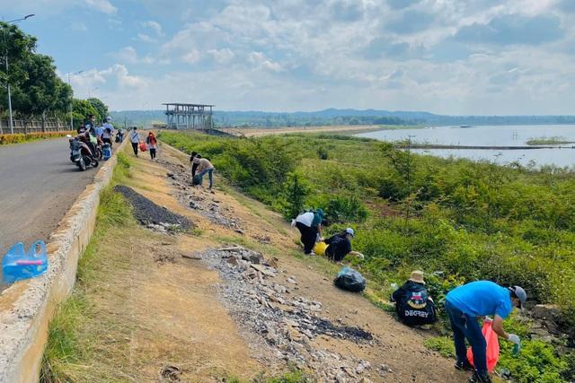 Nhiều người ý thức kém, nữ sinh 17 tuổi kêu gọi nhặt rác ở hồ Ea Kao - 3