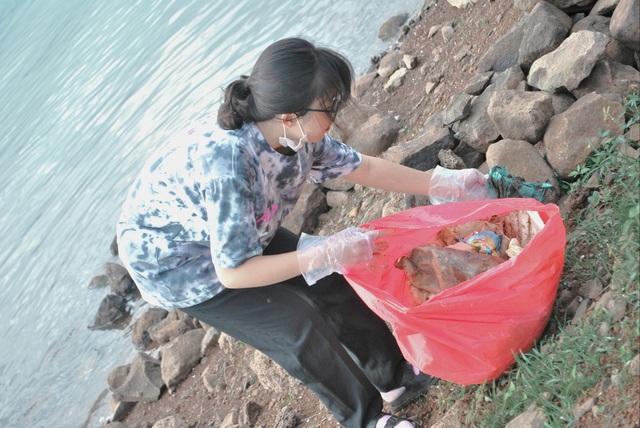 Nhiều người ý thức kém, nữ sinh 17 tuổi kêu gọi nhặt rác ở hồ Ea Kao - 4