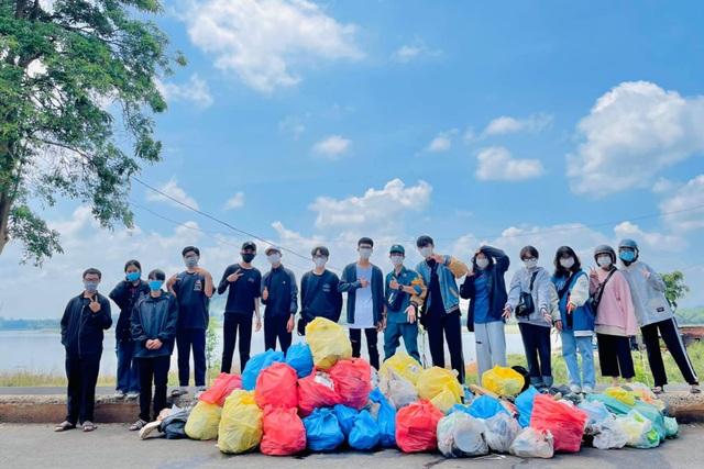 Nhiều người ý thức kém, nữ sinh 17 tuổi kêu gọi nhặt rác ở hồ Ea Kao - 1