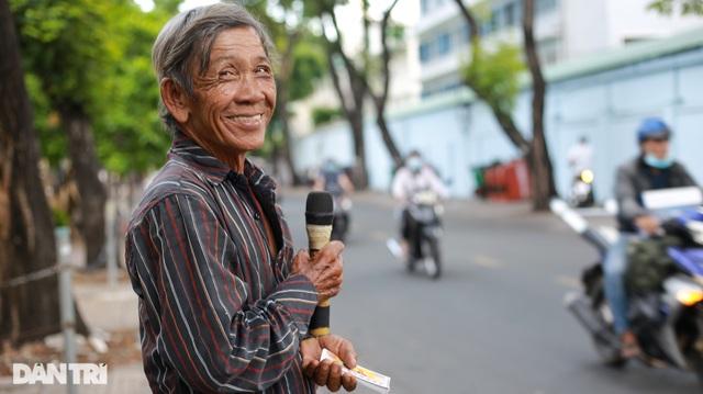 Ông lão 68 tuổi hát rong, bán vé số mưu sinh ở Sài Gòn - 10