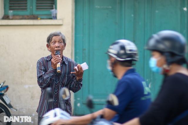Ông lão 68 tuổi hát rong, bán vé số mưu sinh ở Sài Gòn - 5