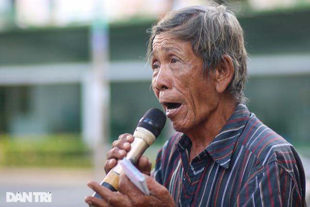 Ông lão 68 tuổi hát rong, bán vé số mưu sinh ở Sài Gòn - 6