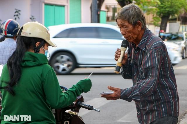 Ông lão 68 tuổi hát rong, bán vé số mưu sinh ở Sài Gòn - 7