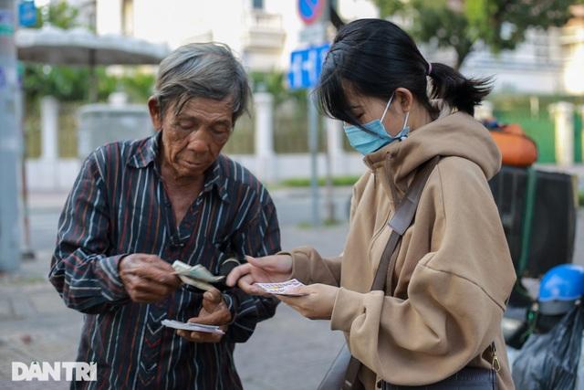 Ông lão 68 tuổi hát rong, bán vé số mưu sinh ở Sài Gòn - 8