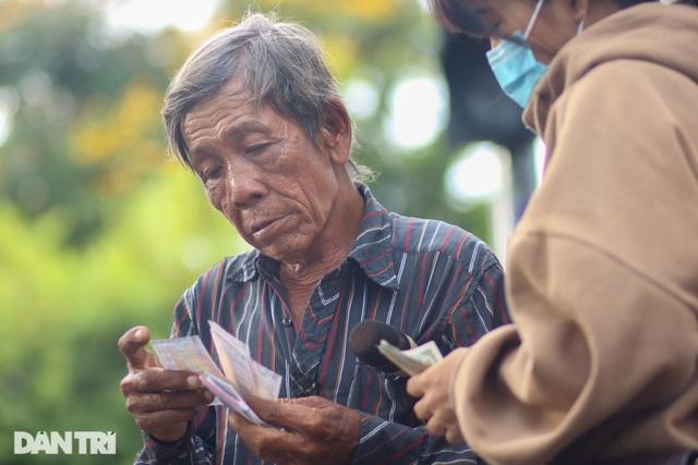 Ông lão 68 tuổi hát rong, bán vé số mưu sinh ở Sài Gòn - 9